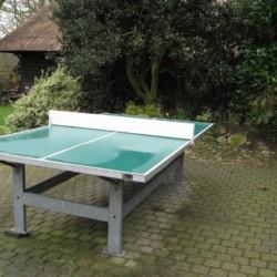 Tischtennis auf der Terrasse des niederländischen Gruppenhauses Anderhoes