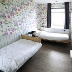 liebevoll eingerichtetes Doppelzimmer mit Pflegebetten im niederländischen pflegegerechtem Handicaphaus het Keamke Beuk