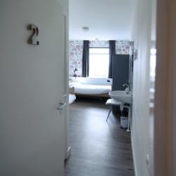 Doppelzimmer mit Pflegebetten und Waschbecken im niederländischen Ferienhaus für Behinderte Het Keampke Beuk