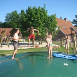 Airtrampolin zum spielen auf dem großzügigem Außengelände des Handicaphauses Het Keampke Haus Beuk