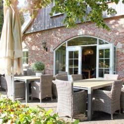 schöne Außenterrasse vom niederländischen handicapgerechten Rolli-Gruppenhaus Het Keampke Haus Eik