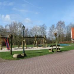 tolles Außengelände mit Spielgeräten, Air-Trampolin und Nestschaukel im niederländischen handicapgerechten Gruppenhaus für Rollifahrer Het Keampke Eik