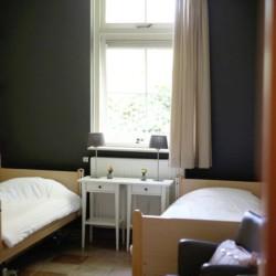 rolligerechtes Zimmer mit Pflegebett im niederländischen handicapgerechten Freizeitgruppenhaus Het Keampke Eik