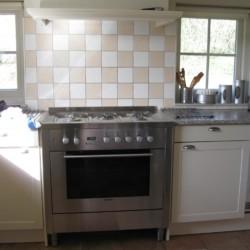offene Küche mit guter Ausstattung im niederländischen handicapgerchten Freizeithaus mit hohem Standard Het Keampke Eik