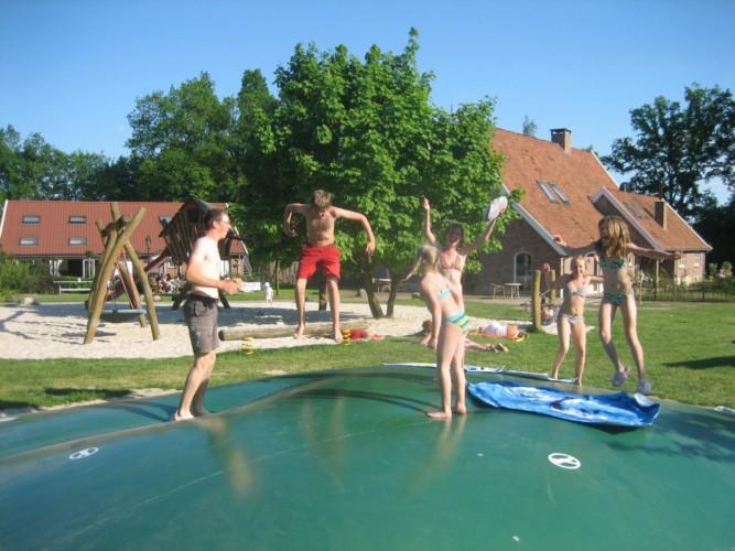 großzügiges Außengelände mit Air-Trampolin vom niederländischen handicapgerechten Ferienhaus für Rollifahrer Het Keampke Eik
