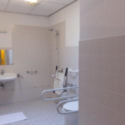 Ein rollstuhlgerechtes Badezimmer im Haus Fredeshiem in den Niederlanden.