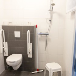 Ein behindertengerechtes Badezimmer im niederländischen Freizeitheim Fredeshiem.