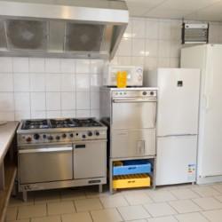 Eine gut ausgestattete Küche im handicapgerechten niederländischen Gruppenhaus Follenhoegh.