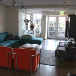 Gemeinschaftsraum im niederländischen Gruppenhotel KOM! für Kinder und Jugendliche.