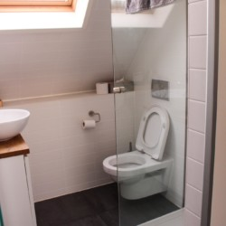 Sanitäre Anlagen mit WC und Dusche im Gruppenhotel KOM! in den Niederlanden.