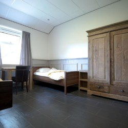 Das Doppelzimmer im handicapgerechten niederländischen Gruppenhaus Hoeve/Schuurherd für Menschen mit Behinderung.