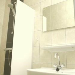 Das Badezimmer im handicapgerechten niederländischen Gruppenhaus Hooiberg für Menschen mit Behinderung.