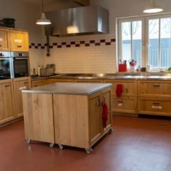 Küche im barrierefreien Gruppenhaus Het Hooge Huis in Nordseenähe für Menschen mit Behinderung
