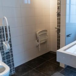 rolli-gerechtes Bad im barrierefreien Gruppenhaus Het Hooge Huis in Nordseenähe für Menschen mit Handicap