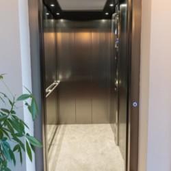 Fahrstuhl im barrierefreien niederländischen Gruppenhaus Het Hooge Huis in Nordseenähe für Menschen mit Behinderung