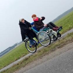 Mit Rollstuhl unterwegs im handicapgerechten niederländischen Gruppenhaus Hoeve/Schuurherd für Menschen mit Behinderung.