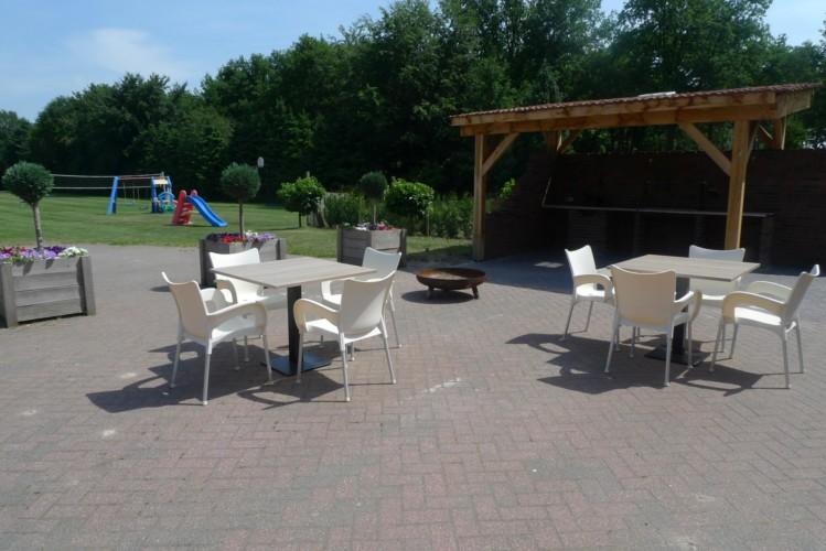 Die Terrasse mit Gartenmöbeln am niederländischen Gruppenhaus Zwaluwnest.