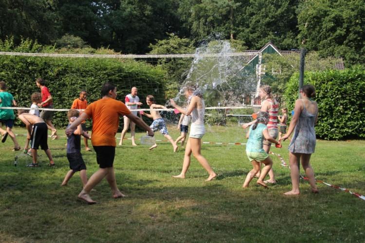 Wasserspiele am handicapgerechten niederländischen Gruppenhaus der Jorishoeve für Menschen mit Behinderung.