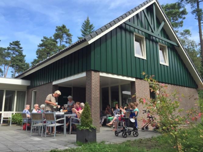 Große Terrasse im handicapgerechten niederländischen Gruppenhaus der Jorishoeve für Menschen mit Behinderung.