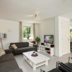 Das Wohnzimmer im handicapgerechten niederländischen Gruppenhaus de Jorishoeve für Menschen mit Behinderung.