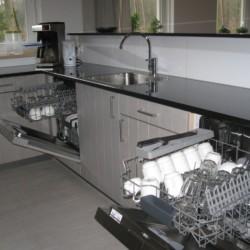 Die gut ausgestattete Küche im handicapgerechten niederländischen Gruppenhaus de Jorishoeve für Menschen mit Behinderung.