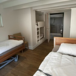 Ein handicapgerechtes Zimmer im Gruppenhaus Linde Plus in den Niederlanden.