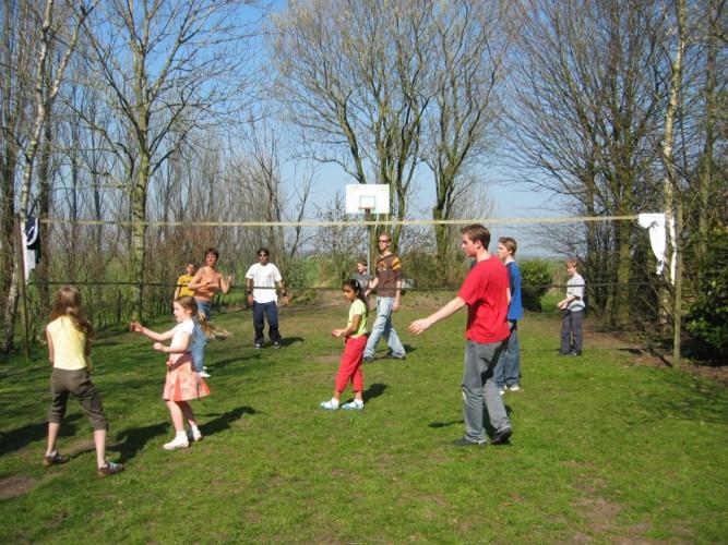Volleyballplatz im niederländischen Gruppenhaus Markestee
