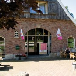 Nebengebäuse mit Rezeption und kleinem Kiosk auf dem Gelände vom niederländischen handicapgerechten Gruppenhaus Het keampke Meidoorn