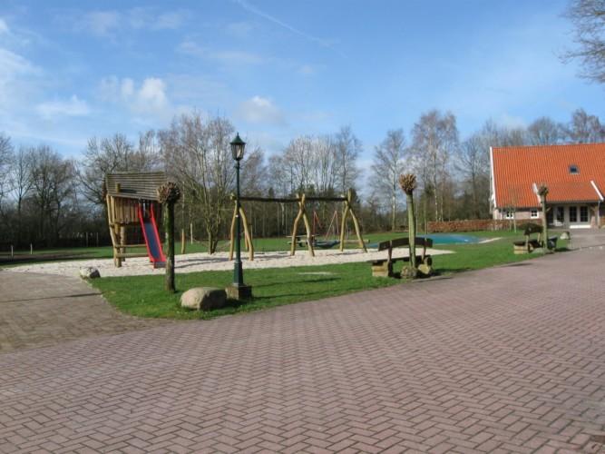 großzügiges Ausengelände mit Spielplatz am holländischen Gruppenhaus Meidoorn für behinderte Menschen
