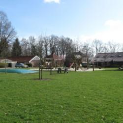großes parkähnliches Außengelände des niederländischen Gruppenhauses für Behinderte Het Keampke Ferienhaus Meidoorn