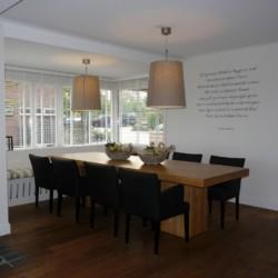 gemütlicher Gruppenraum mit Esstisch im niederländischen Handicaphaus für Rollifahrer Het Keampke Meidoorn