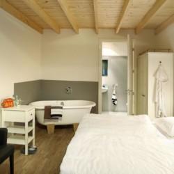 schönes Doppelzimmer mit Badewanne und Dusche im rolligerechten Handicaphaus Het Keampke Meiddorn