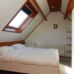 Ein Zimmer im Appartement des niederländischen Gruppenhotels Ameland.
