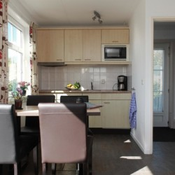 Der Wohnbereich mit Küchenzeile im Appartement des niederländischen Gruppenhauses Ameland.