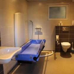 Handicapgerechtes Badezimmer im Gruppenhotel Ameland in den Niederlanden.