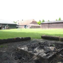 Lagerfeuerstelle und Spielplatz vom niederländischen Freizeitheim de Putte für Kinderfreizeiten