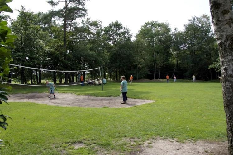 Das Volleyballplatz im niederländischen Gruppenhaus de Repelaerhoeve am Waldrand.