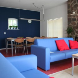 Die gemütliche Sitzecke im niederländischen Gruppenhaus de Repelaerhoeve am Waldrand.