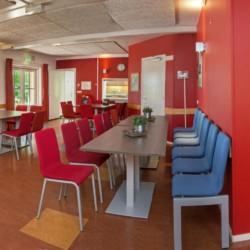 Der Speisesaal im niederländischen Gruppenhaus de Repelaerhoeve am Waldrand.