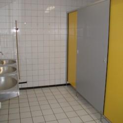 Das Sanitär im niederländischen Gruppenhaus de Repelaerhoeve am Waldrand.