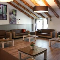 Ein großer Aufenthaltsraum im niederländischen Freizeitheim Schaapskooi.