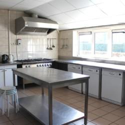 Eine gut ausgestattete Küche im niederländischen Freizeitheim Schaapskooi.
