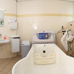 Eine handicapgerechte Badewanne im Haupthaus im Gruppenhotel Ameland in den Niederlanden.