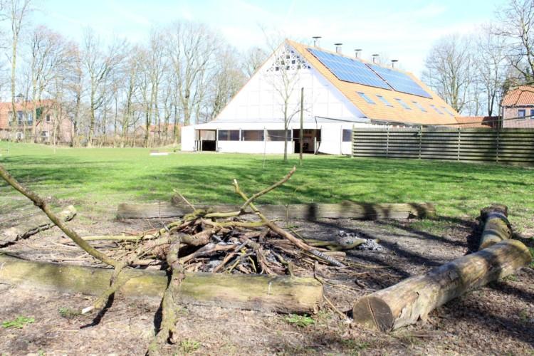 Die Lagerfeuerstelle im handicapgerechten niederländischen Gruppenhaus SuyderZee.