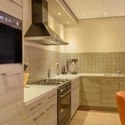 Küche im handicapgerechten niederländischen Gruppenhaus SuyderZee.