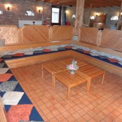 Der Speisesaal mit Sitzmöglichkeiten im Freizeitheim Tjongerhus.