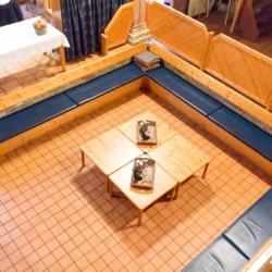Die Sitzgelegenheiten des Gruppenraums im niederländischen Gruupenhaus Tjongerhus.