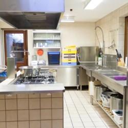 Der Küchenbereich im Freizeitheim Tjongerhus in den Niederlanden.