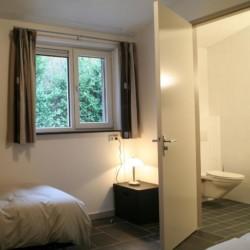 Ein Zimmer mit Bad im niederländischen Ferienhaus Kleiner Schmetterling.