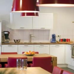 Der Küchenbereich des Gruppenhauses Schouw in den Niederlanden.
